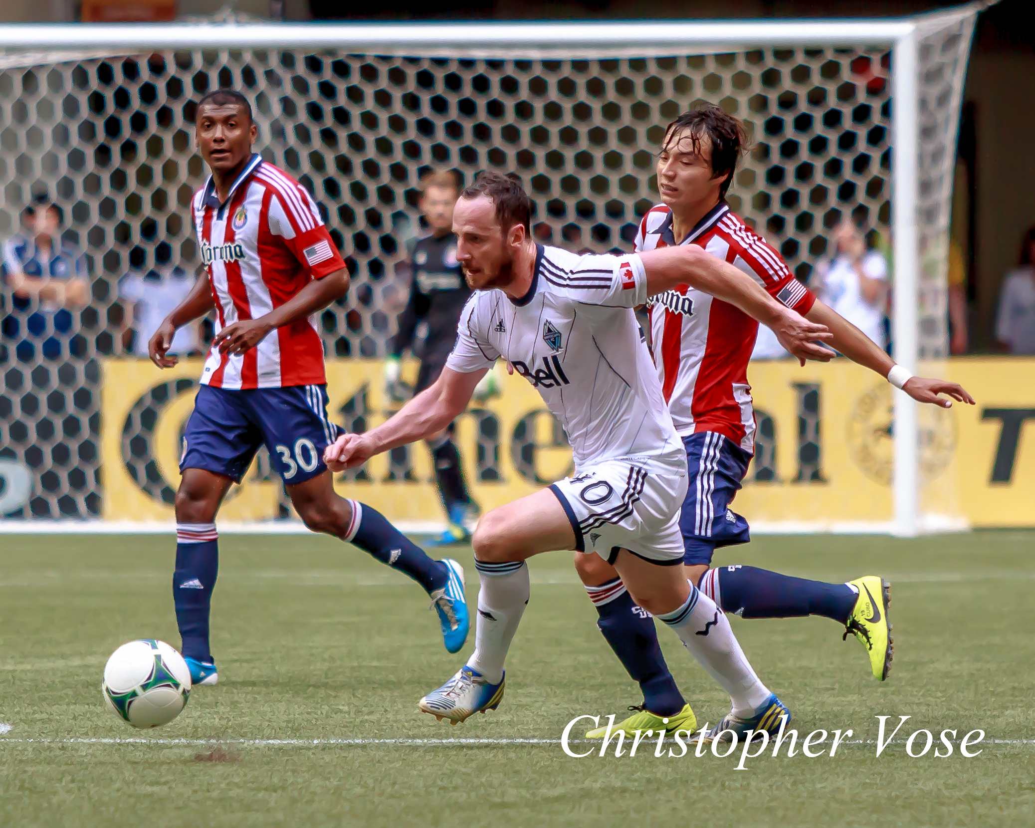 Andy O'Brien shepherds the ball away from the danger of Oswaldo Minda and Erick Torres.