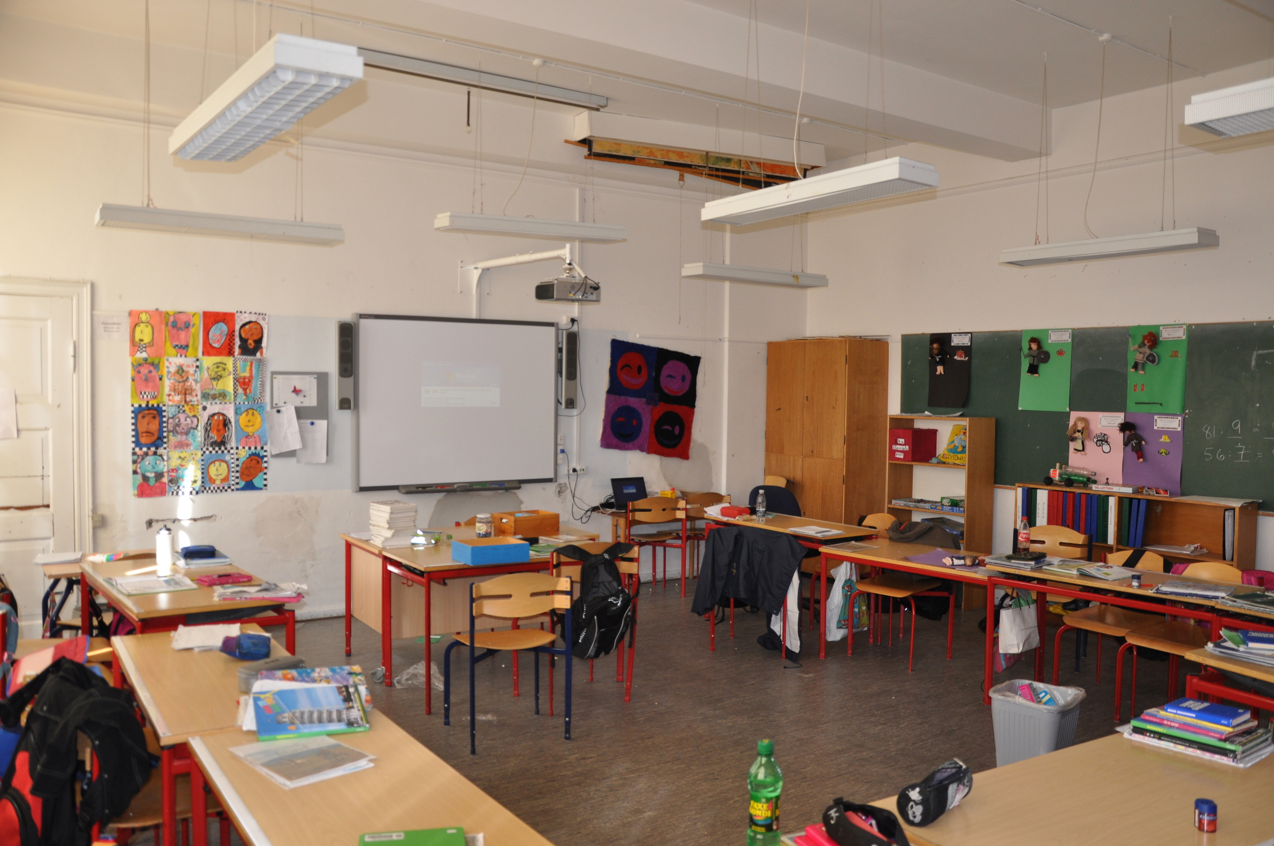 A picture of a danish classroom at grøndalsvænge school. Every classroom today regardless of condition will have an Interactive Smartboard installed. The smartboard i ON.