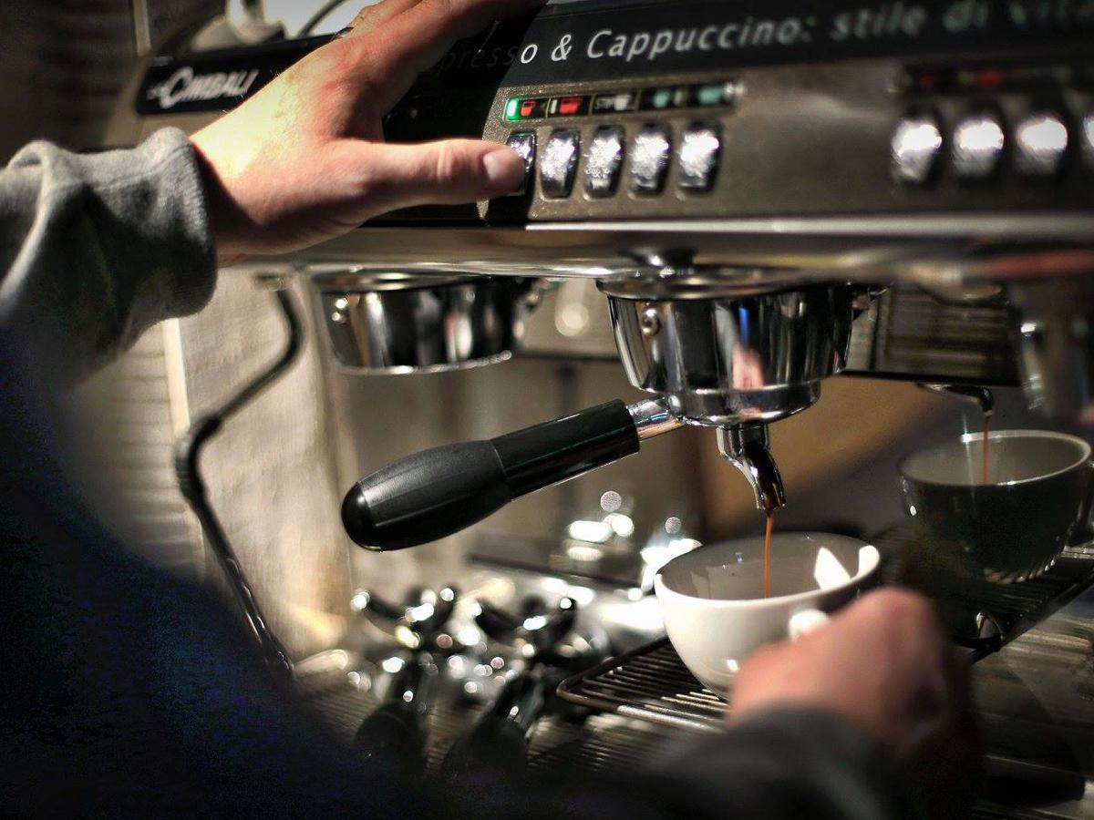 Alte_Kunst_Weinkeller_Solingen_Weinhandel_Espresso_trinken.jpg