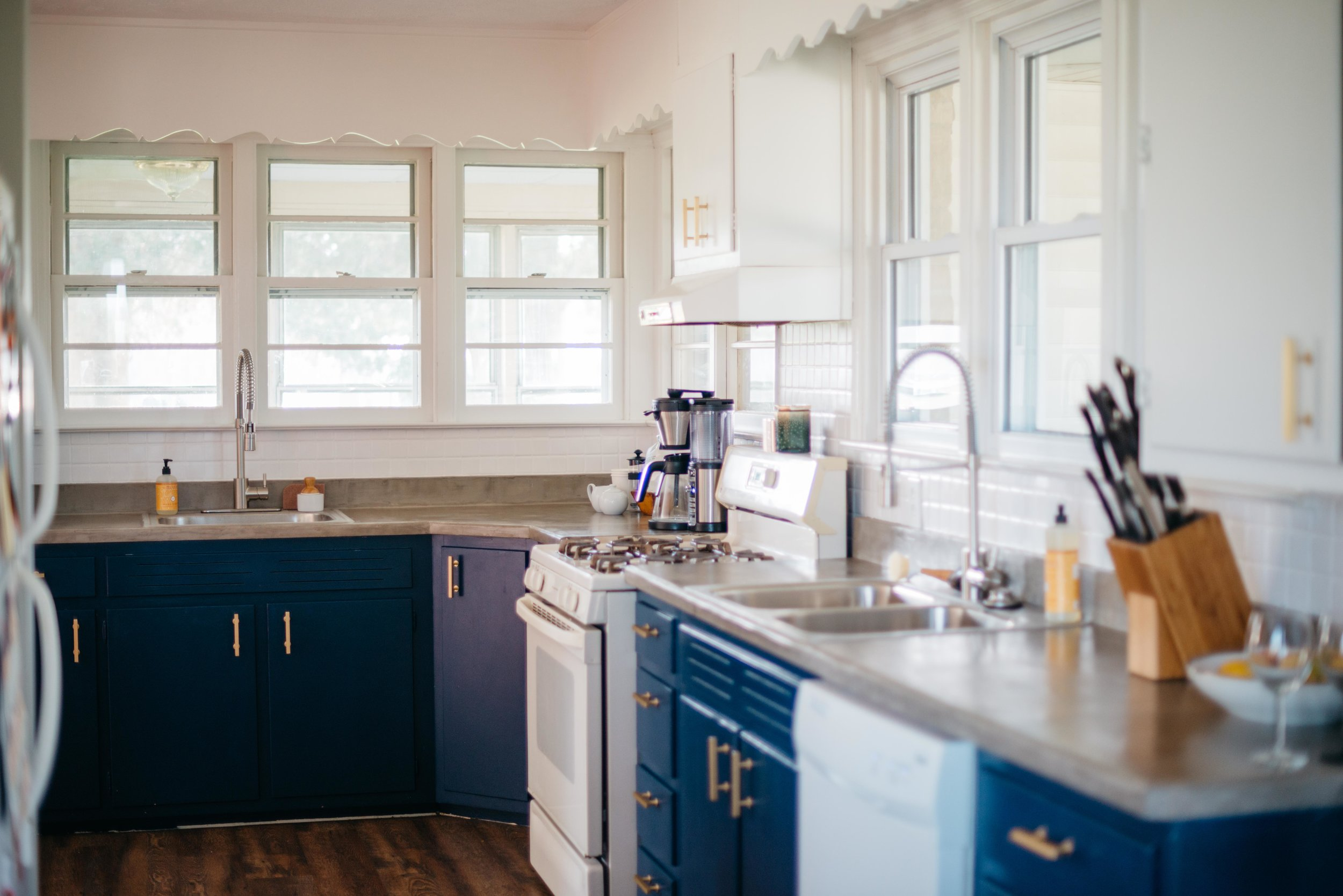 Blue and White Mid Century Modern Farmhouse Kitchen-4.jpg