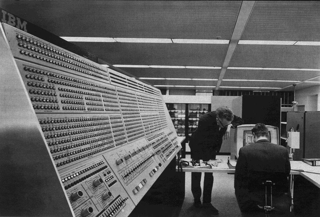 (fonte: Wikipedia, https://en.wikipedia.org/wiki/IBM_System/360#/media/File:360-91-panel.jpg )