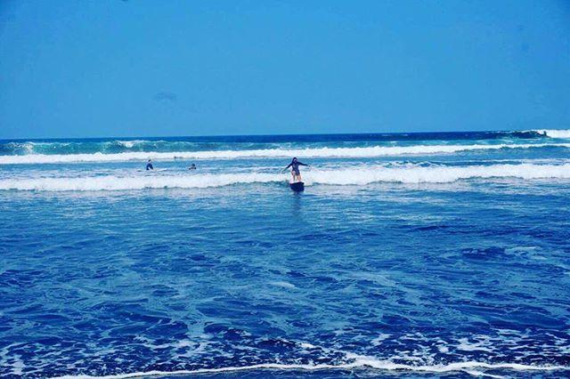 Ayer hicimos nuestro primer #surftrip de #solomaredeldiablo #costarica🇨🇷 fue todo un éxito!! Las olas y los #sufistas!! #gracias @rj_rebekka 💗💗