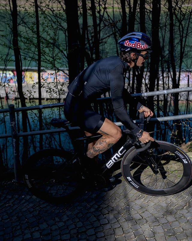 Riding my favourite cobbled climb in my hometown Bern - the poorman's Koppenberg. . . . 📷 @1_in_the_gutter . . . #trackbike #fixedgear #cycling #bike #ride