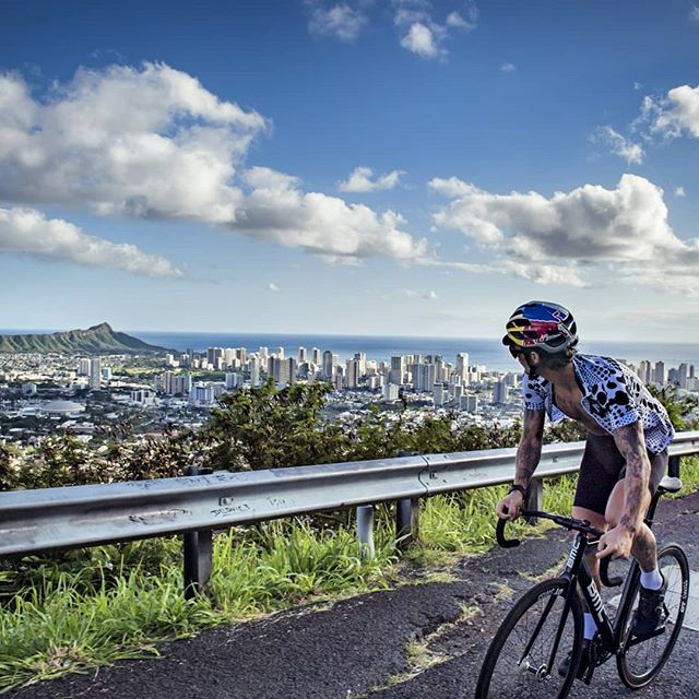 Tantalus - the house climb of Honolulu offers probably one of the most beautiful rides on earth. I love the fact that you can get out of a city, pedaling away from a westernized metropolis and diving into the jungle. Add this one to your bucketlist. (Working on a Hawaii edit.) 📸@1_in_the_gutter . . . #cycling #fixedgear #trackbike #roadslikethese #bike #ride #instagood #hawaii #oahu #honolulu #nature