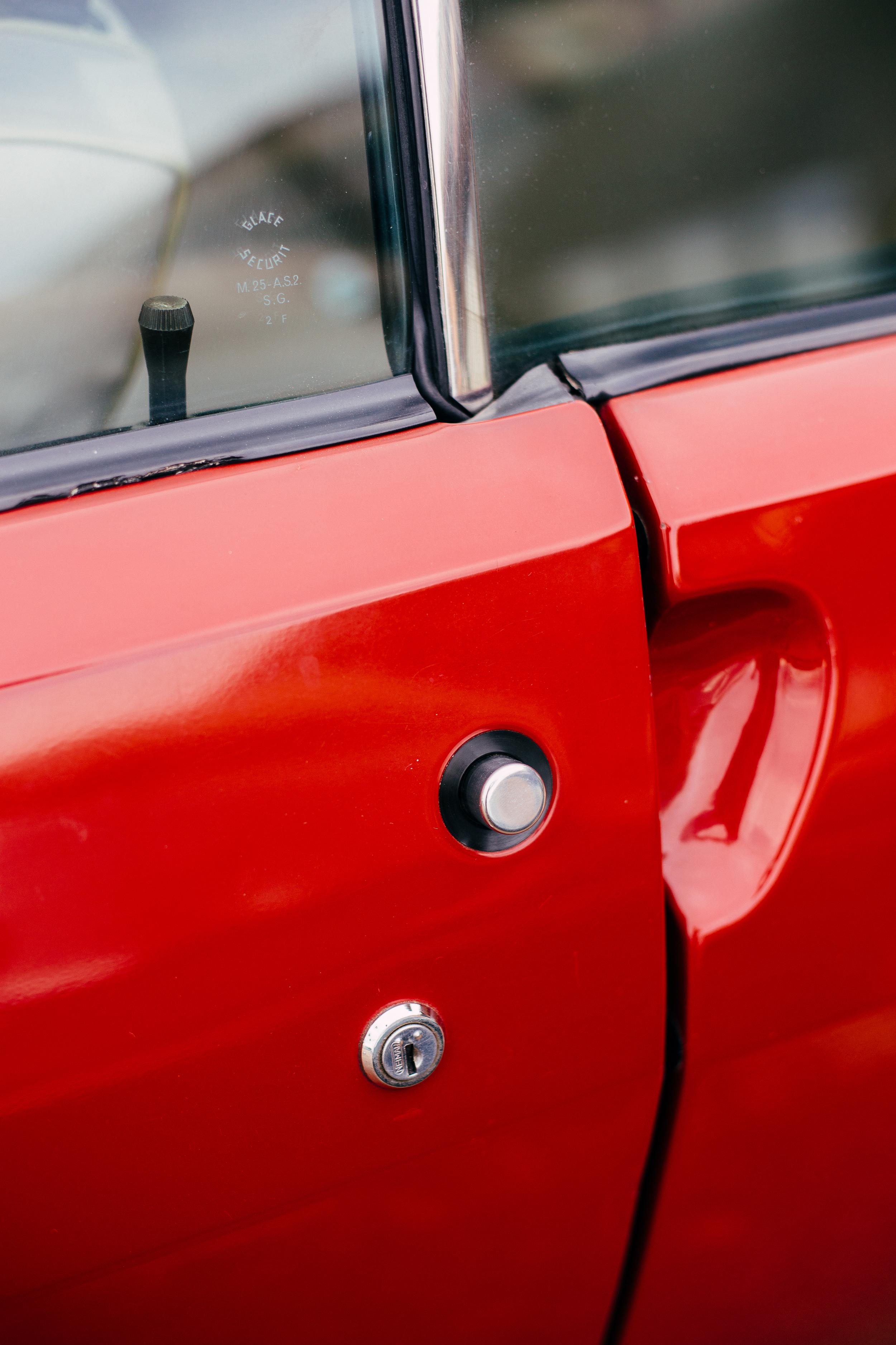 Renault 17 Door Button.jpg