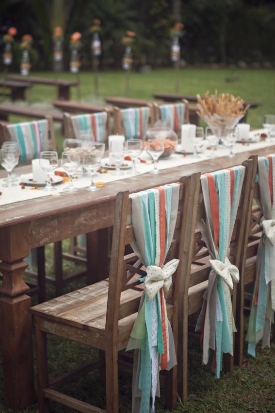 A mesa italiana homenageia a família do noivo. As franjas e laços foram feitos artesanalmente com tecidos nas cores do casório.