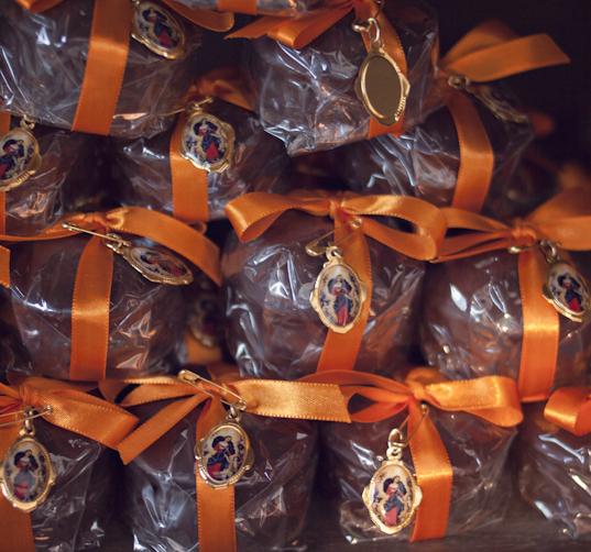 A noiva que é devota da Nossa Senhora Desatadora dos Nós, ficou feliz com as medalhinhas que colocamos no pão de mel.