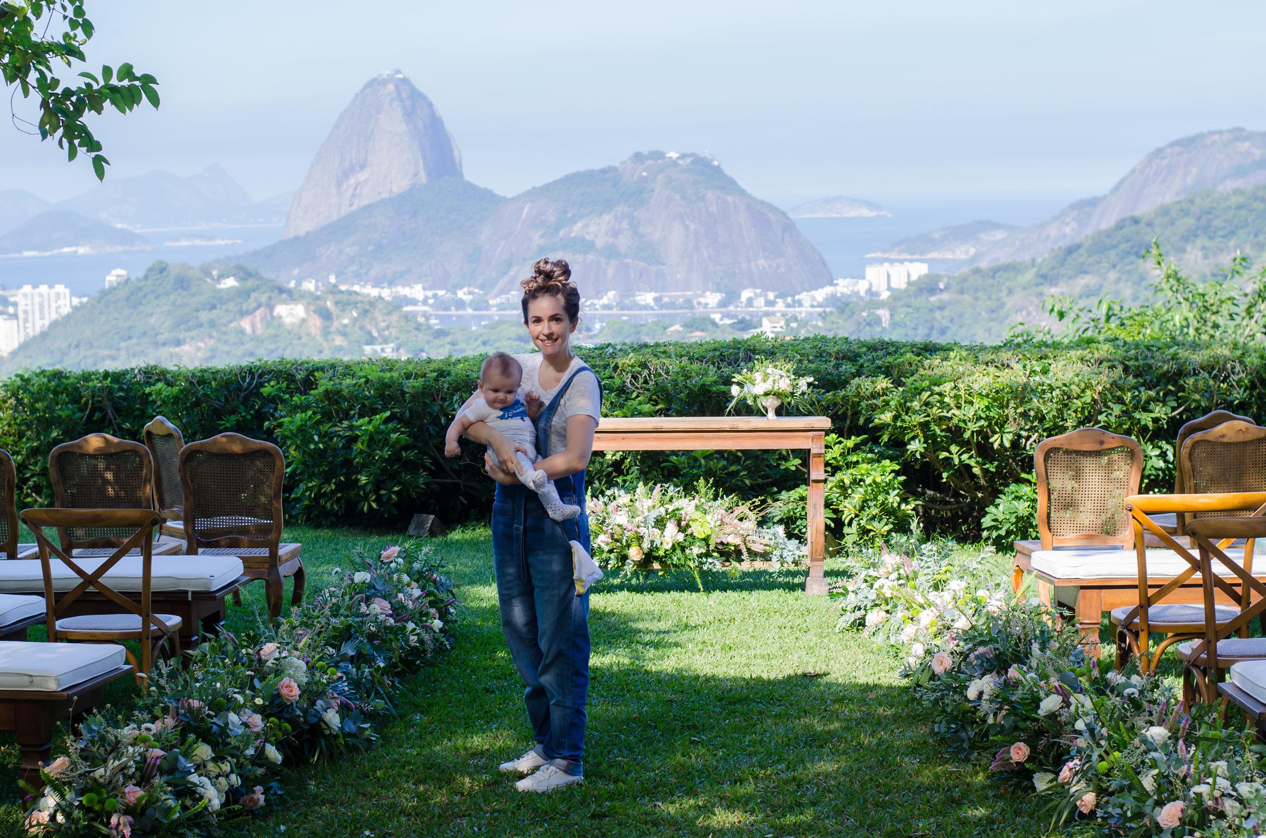 A decoradora também curte uma foto. E a bebê Betina estava encantada com as flores (como vocês podem ver).