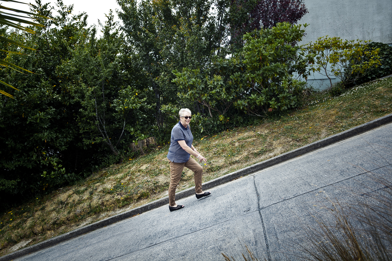 steep-street-woman-Wellington-photographer.jpg