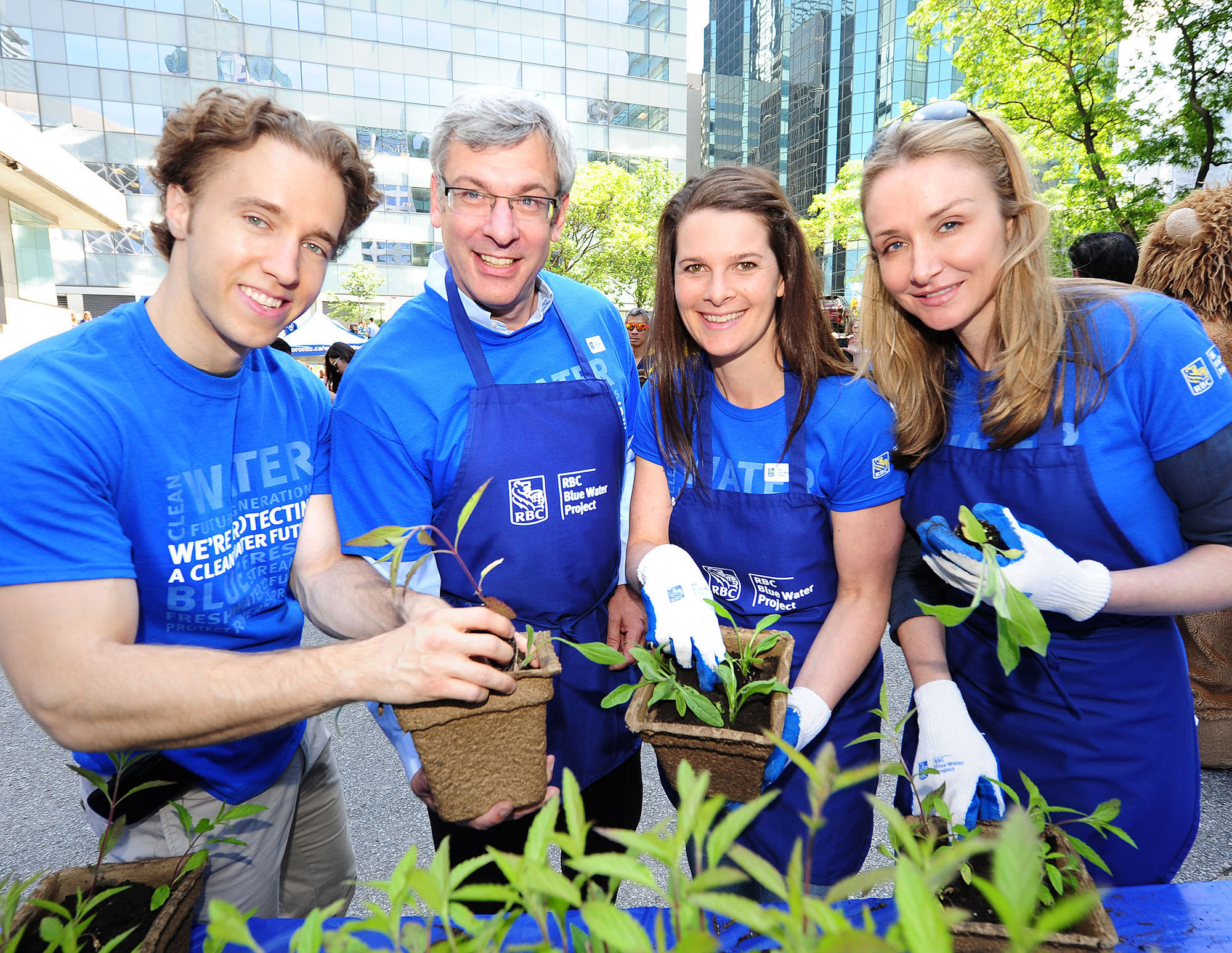 Dave McKay (Group Head, Personal & Commercial Banking, RBC) is joined by Craig Kielburger, Jennifer Botterill, Alexandra Cousteau and RBC employees who lent their 'blue thumbs' to help plant thousands of water-friendly gardens in Toronto today to celebrate RBC Blue Water Day 2013. The more than 2,500 gardens were transplanted to the lower Don Valley River and Rouge Park to help protect water in Toronto. (CNW Group/RBC).