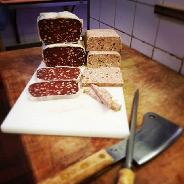 Kom je even langs bij Nico Englebert om het Livar vlees op te halen en word je blij verrast met heerlijke zure zult en bloedworst. Niet alleen een plaatje, maar ook heerlijk.  #stijlslagerijenglebert #livar #lekkervlees
