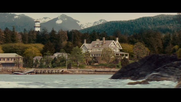Screenshot from  The Proposal  featuring the Sitka, Alaska house which - in real life - is located in Manchester-by-the-Sea, Massachusetts and belongs to the Kaneb family.
