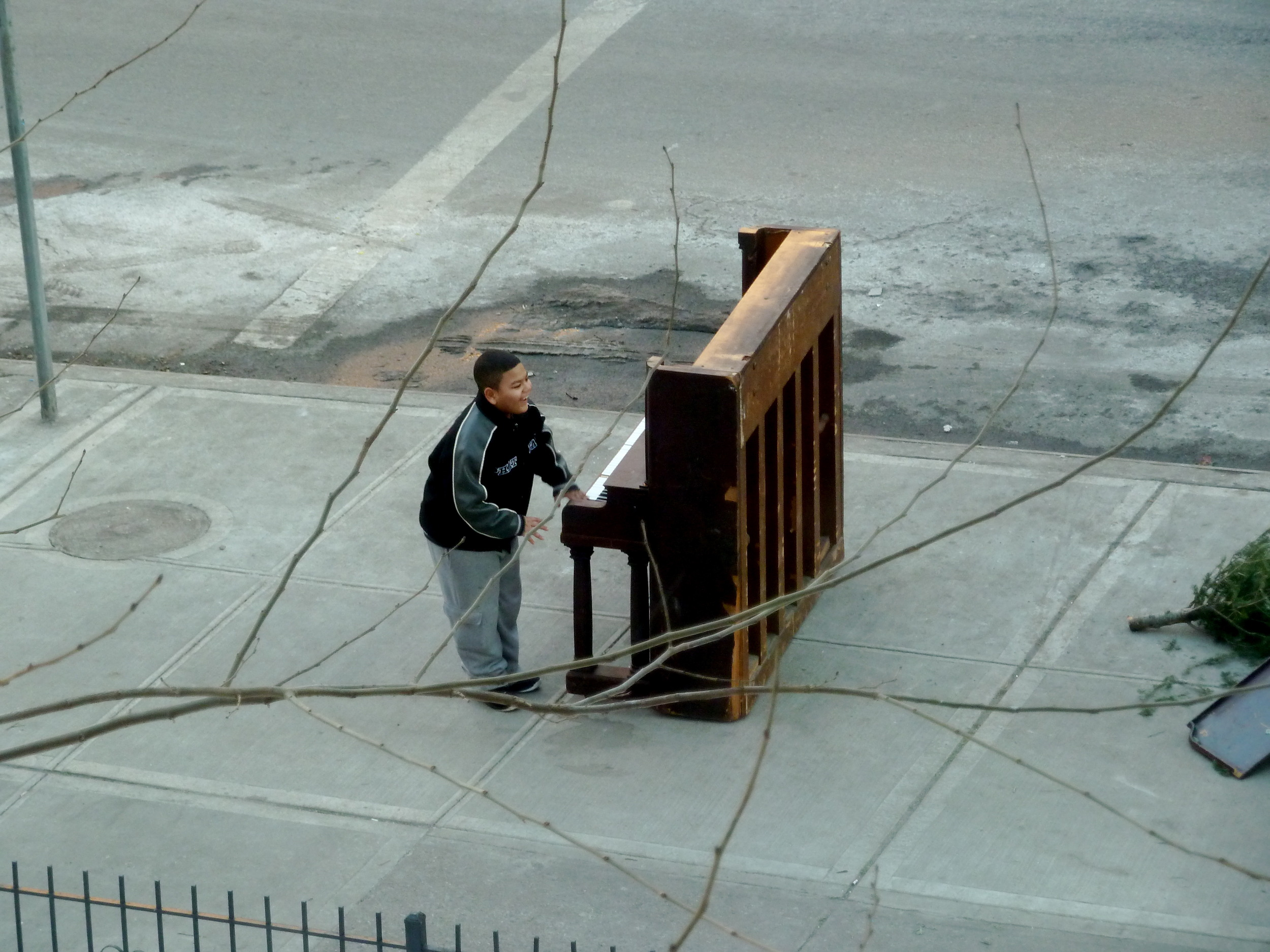 Solo, Piano – NYC is a 5-minute film of the last 24 hours of a once-wanted piano.