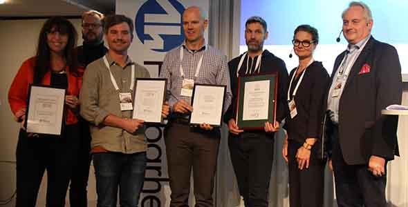 """Johan Faskunger, i mitten, fick äran att ta emot priset """"Årets Hållbara destination 2018"""", å huvudmännen för alla Sveriges vandringsleders vägnar."""