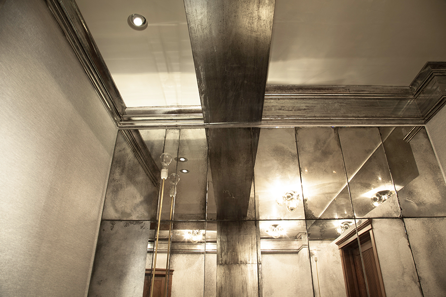 Aged mirror wall of wet bar and silver gilded ceiling mouldings//Mur de miroir âgé de bar et moulures de plafond doré argent