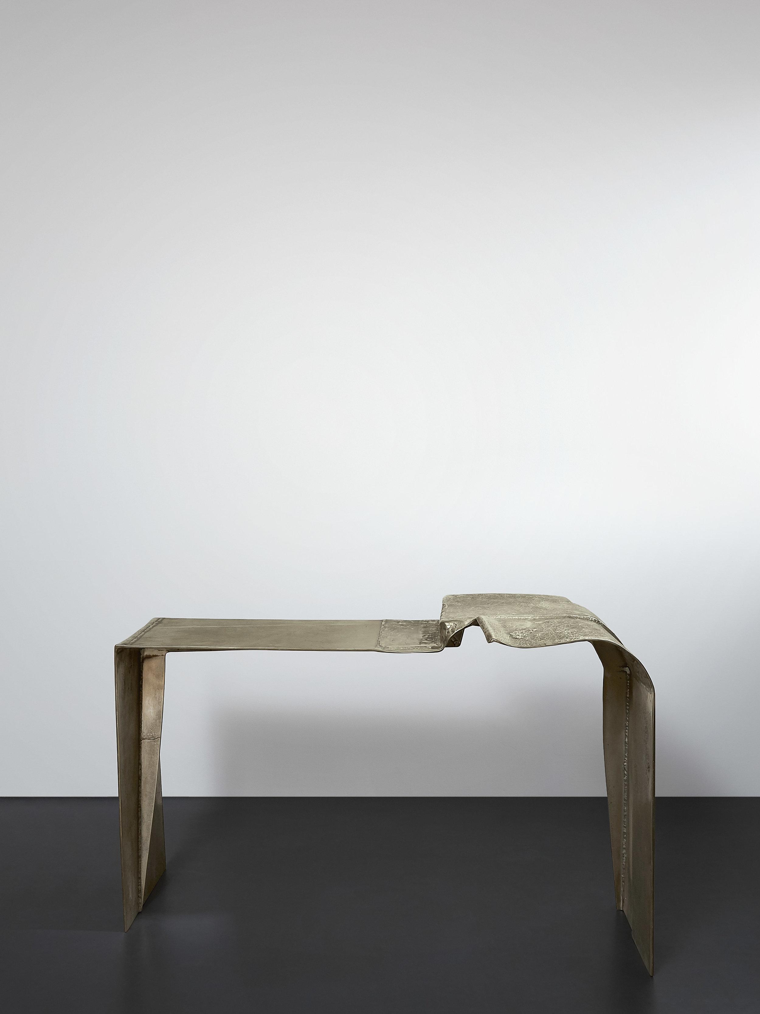 DC1713 - cast brass desk by Vincenzo de Cotiis 2017,Photo: Courtesy Progetto Domestico//DC1713 - bureau en laiton moulé par Vincenzo de Cotiis 2017, Photo: Courtesy Progetto Domestico
