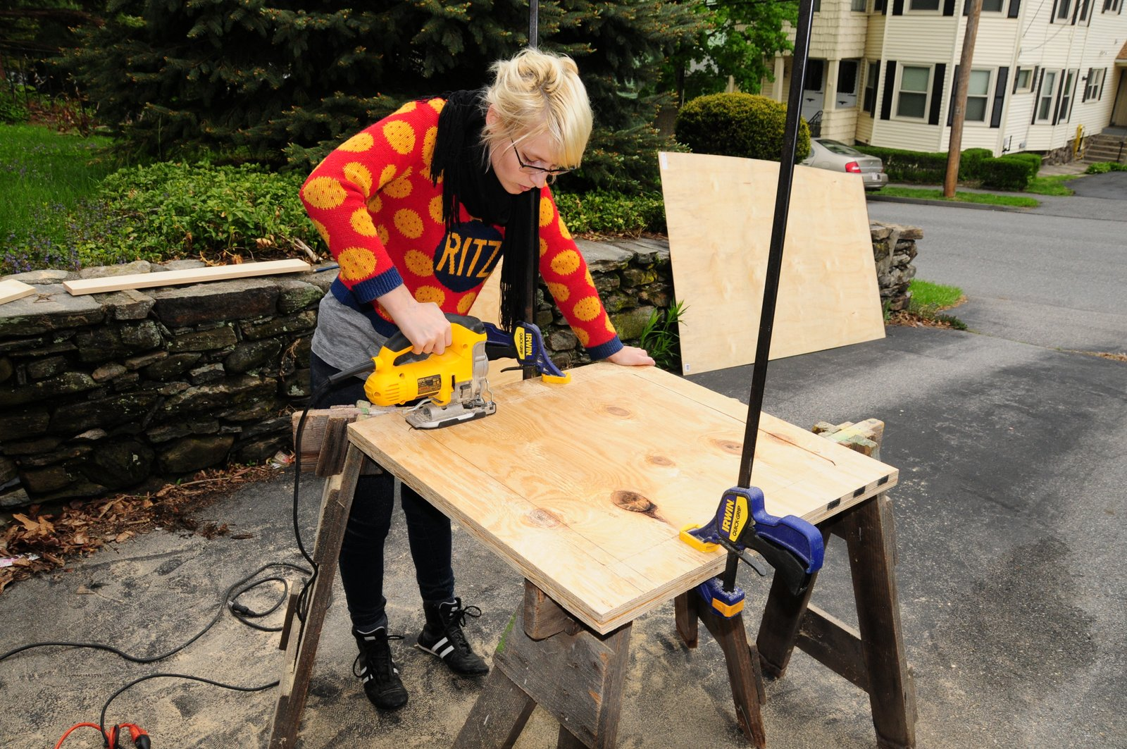 Here I'm using the Dewalt Jig Saw to cut out a shape with rounded corners.