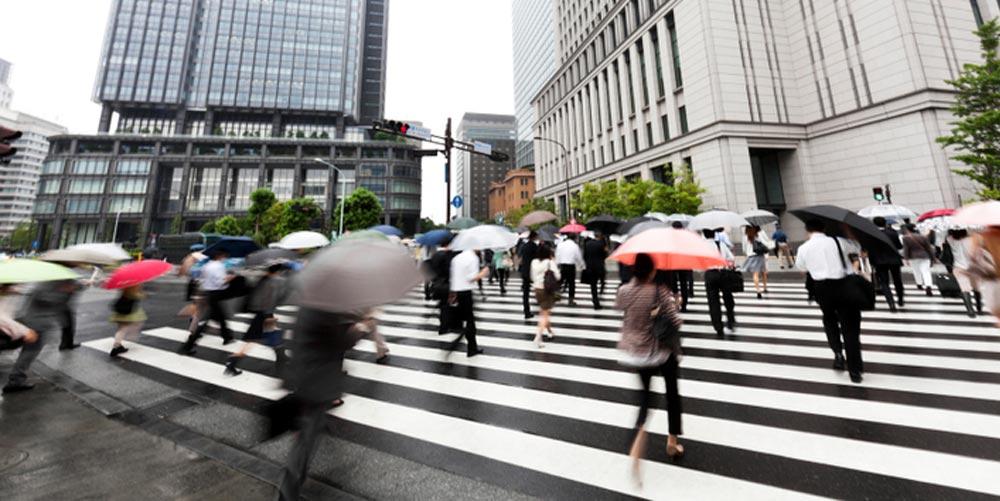 rain_in_japan_at_crosswalk.jpg