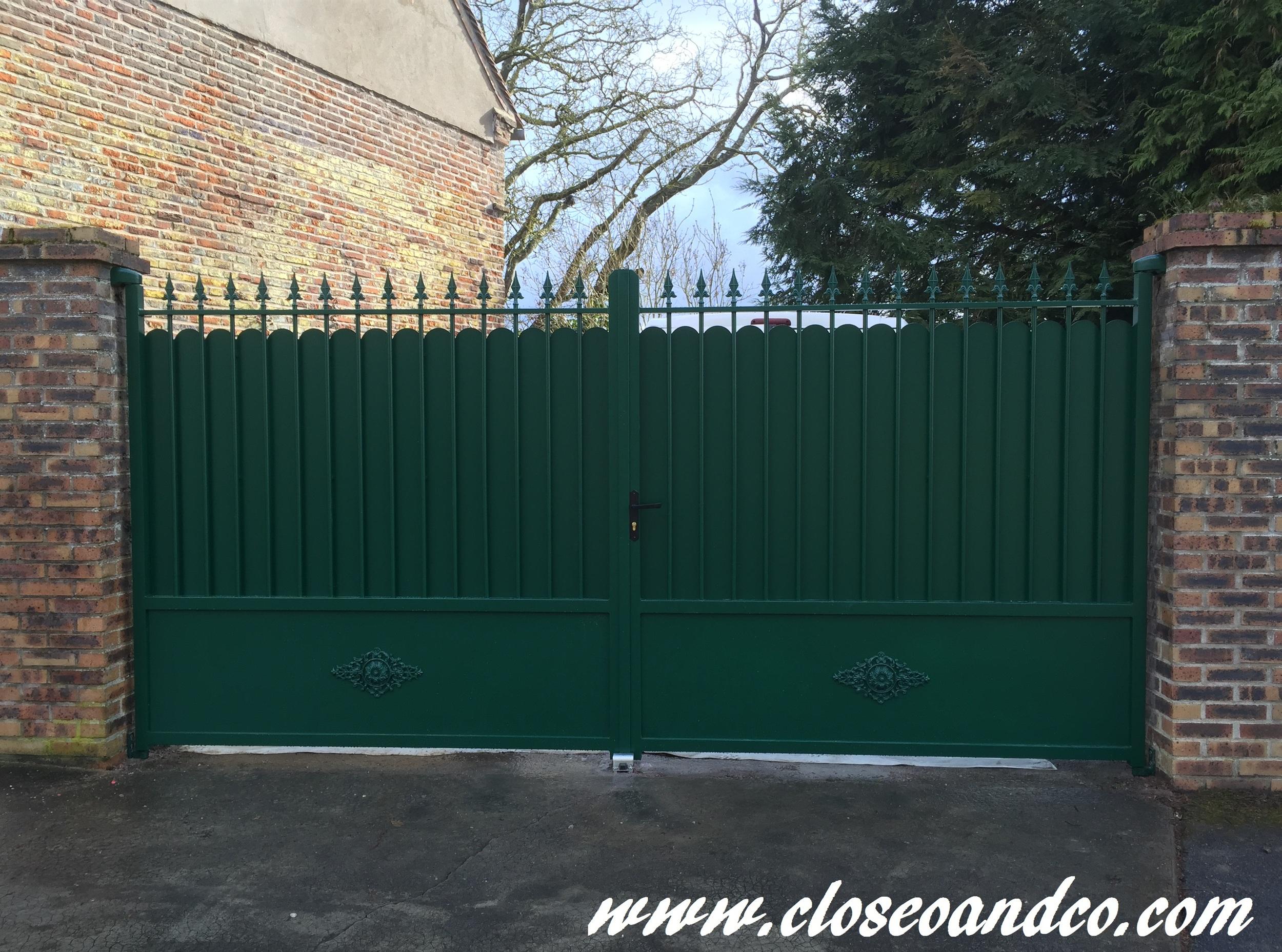 Portail Alu, deux vantaux, de notre gamme traditionnelle de couleur Vert Mousse (RAL 6005). Portail avec rosaces sur les parties basses + Cache vue festonné et fers de lance. Beauvais (60)