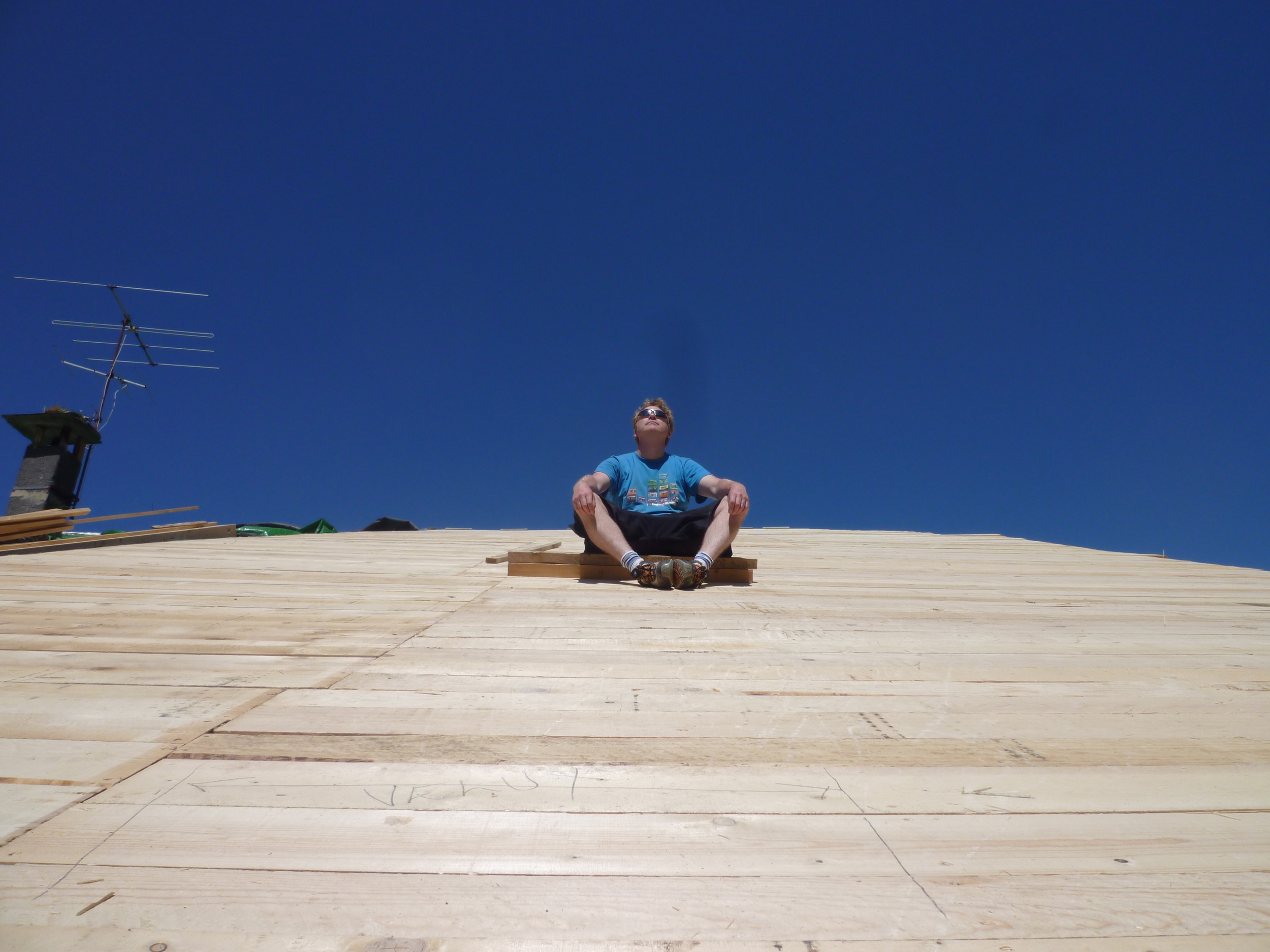 Stephen on roof!.JPG