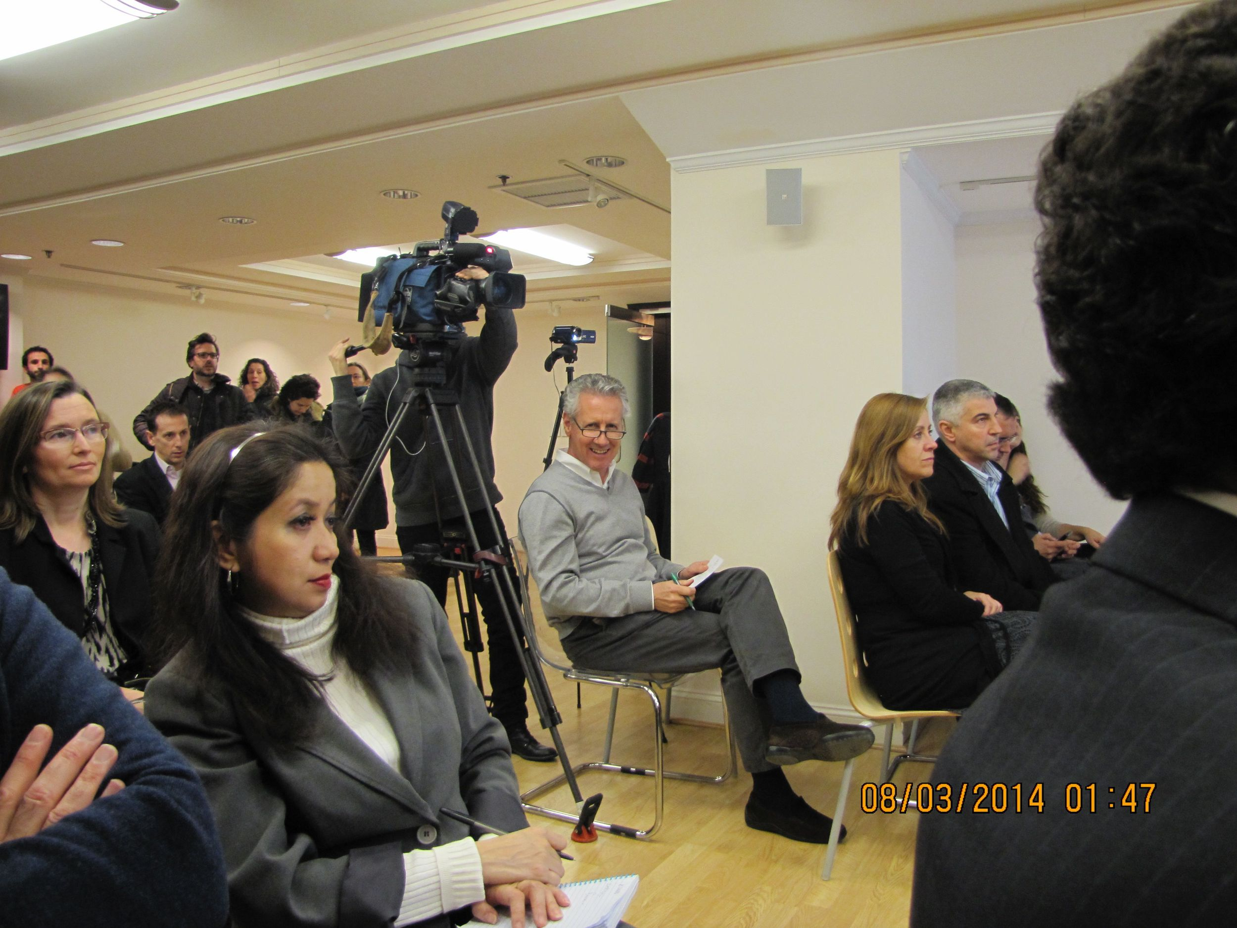 Lorenzo Milá de RTVE cubriendo el evento.