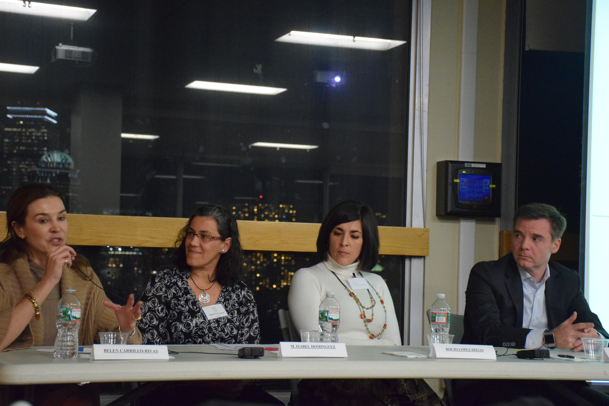 Los panelistas durante el evento. De izquierda a derecha:    Belén Carrillo-Rivas, jefa de proyectos de innovación enPfizer,  Isabel Domínguez, profesora adjunta e investigadora en señalización celular y desarrollo embrionario en la Universidad de Boston,      Rocío López-Diego, directora de Thinkbrain,e   Israel Ruiz, vicepresidente ejecutivo y tesorero del Instituto Tecnologico de Massachusetts (MIT).