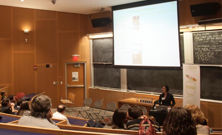 Estíbaliz Arce Cirauqui, presidenta de ECUSA-Boston, explicando a los asistentes el trabajo realizado por ECUSA durante el último año.