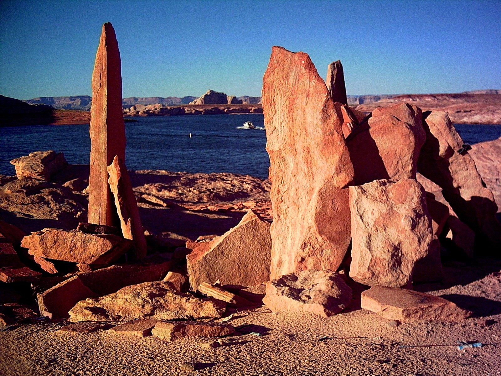 shoreline-rocks-lake-powell-1532721.jpg