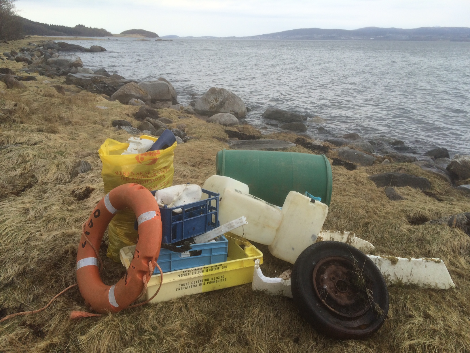 plastsøppel fra nordsida av Knapplundøya