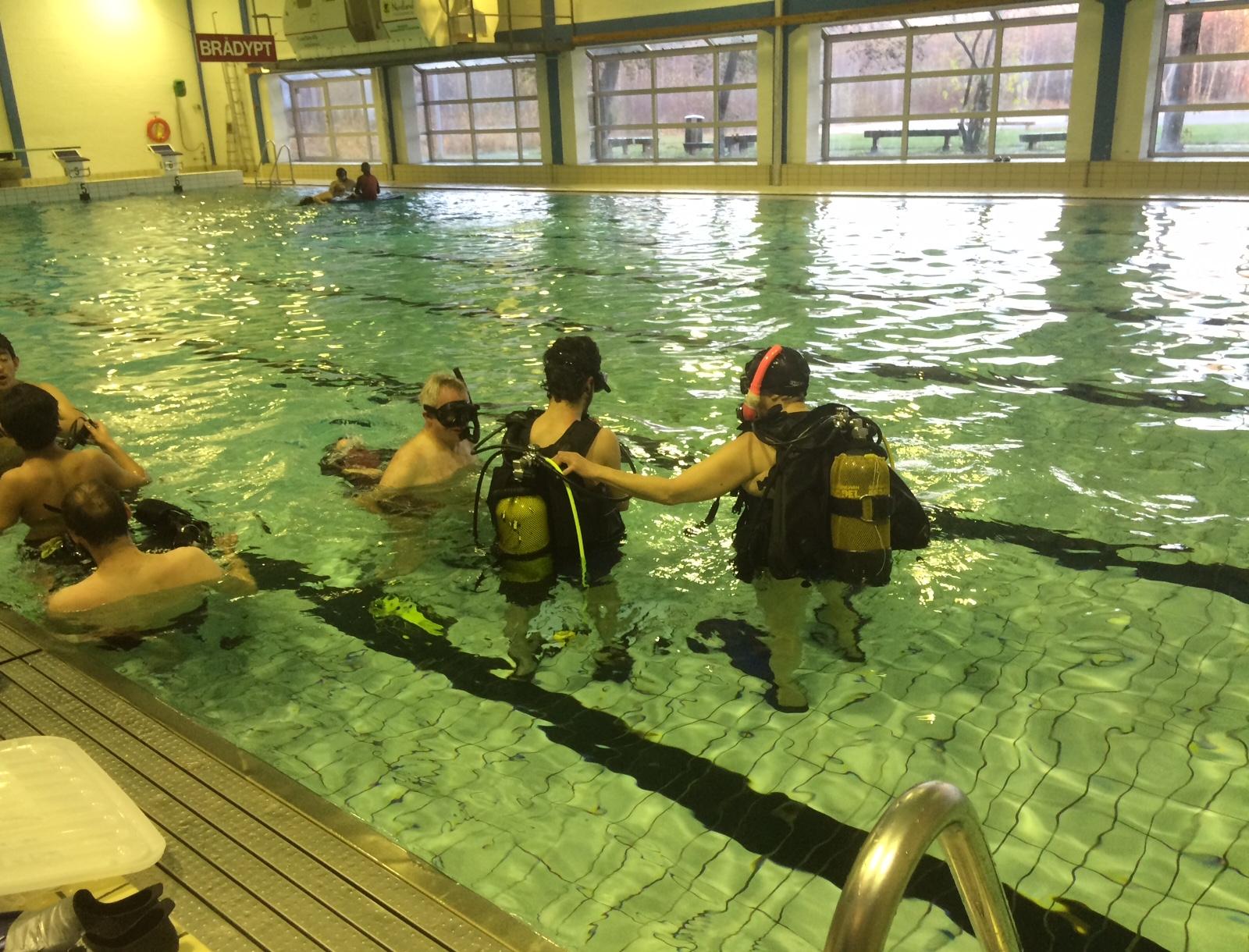Ann-Hilde instruerer før dykk