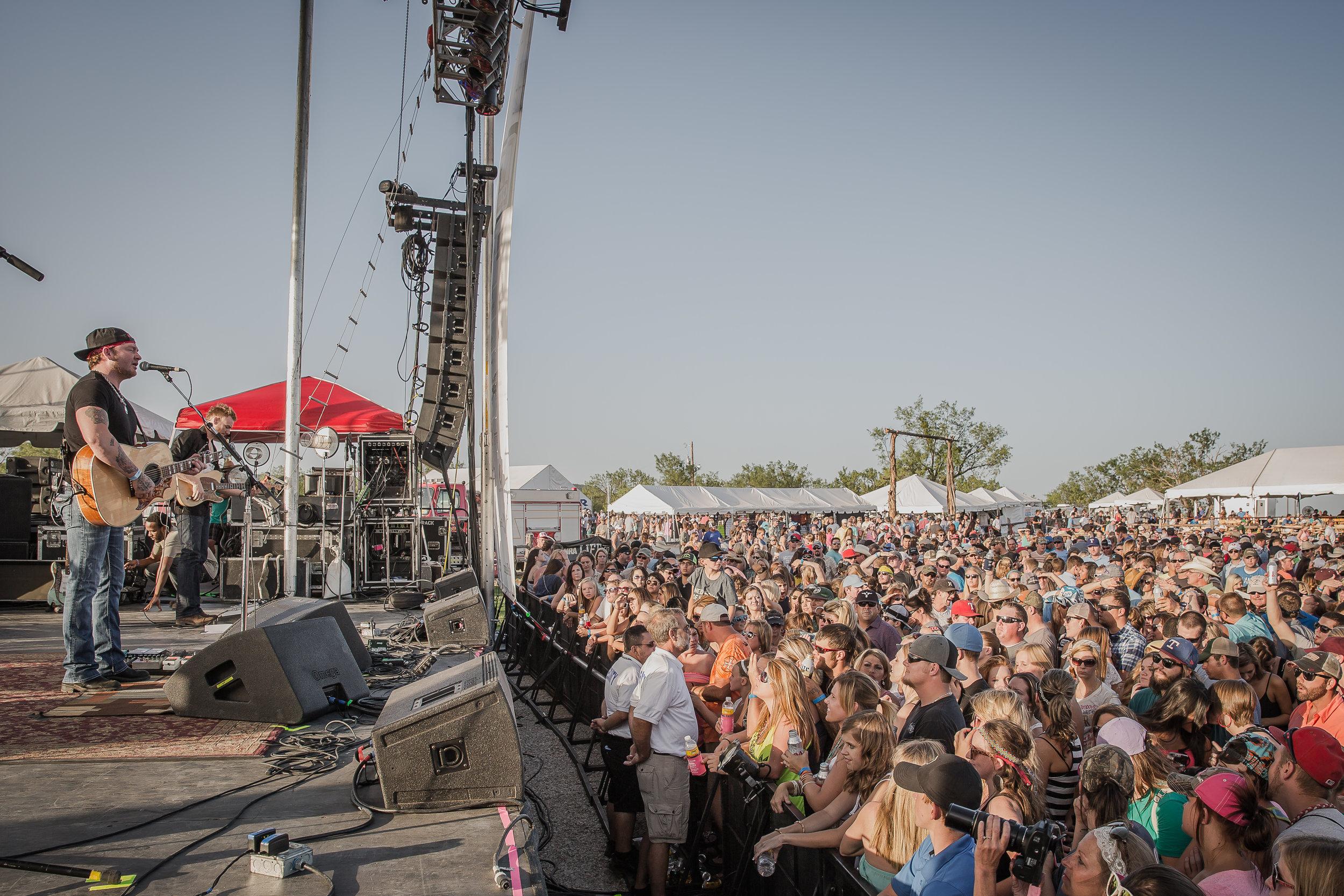 Stoney LaRue and crowd.jpg