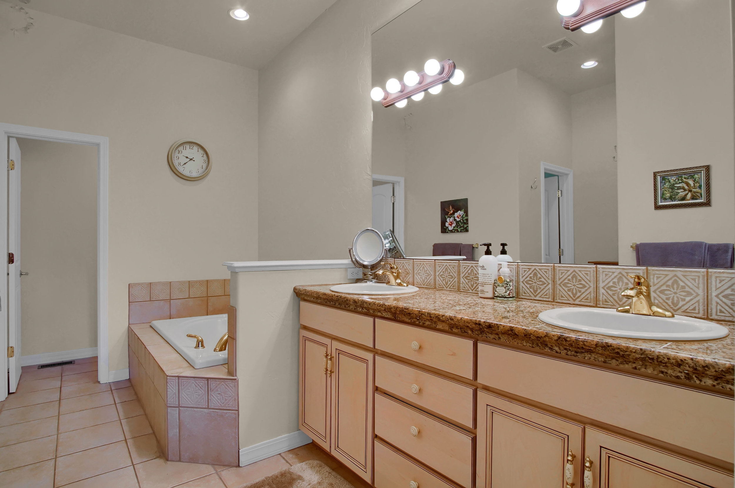 13658 Paradise Villas Grove-print-020-014-Bathroom-3008x2000-300dpi.jpg