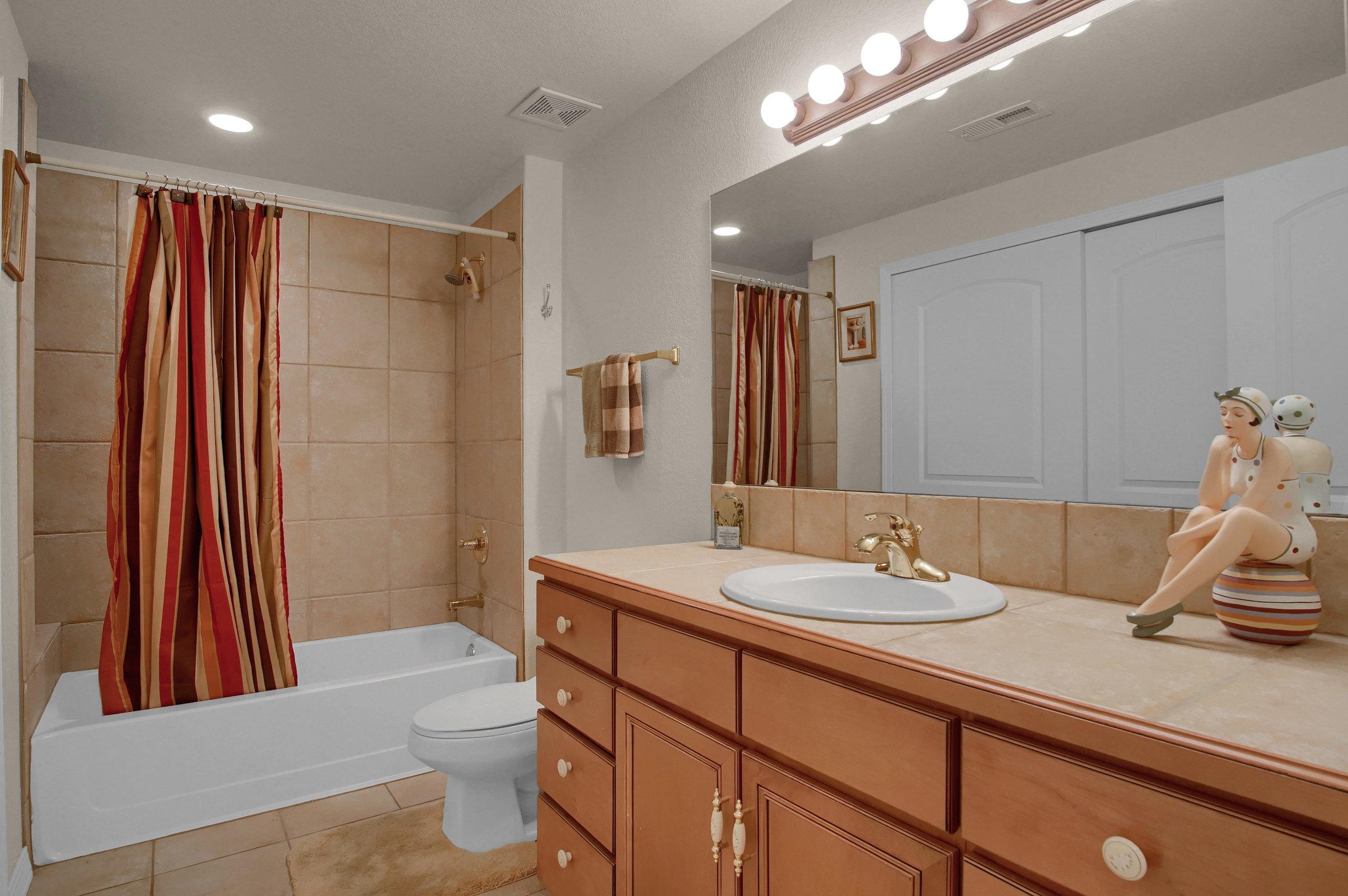 13658 Paradise Villas Grove-print-023-018-Bathroom-3008x2000-300dpi.jpg