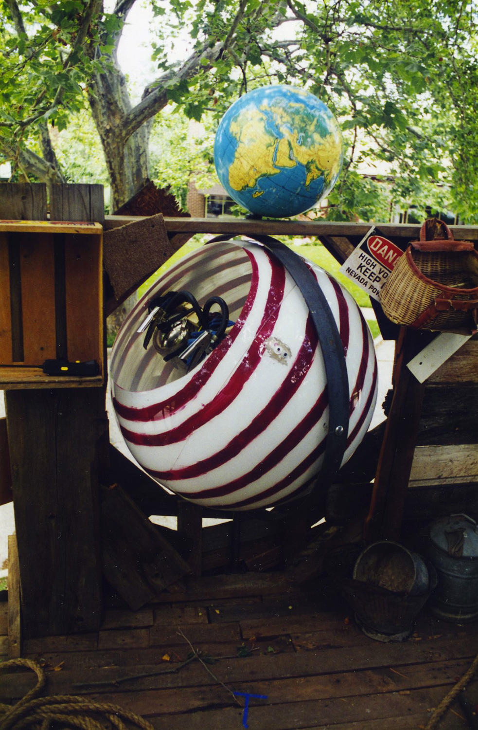 """Detail of the """"ball-tourit"""" inside the treehouse."""