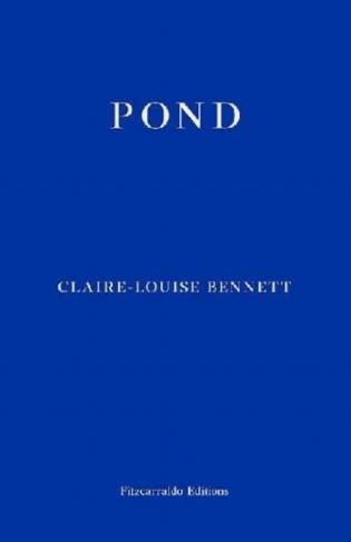 """Claire-Louise Bennett é uma escritora inglesa que vive em Galway e estreou-se na ficção em 2015 com  Pond . Na verdade, já havia publicado ensaios e histórias em várias revistas irlandesas;  Pond  é o seu primeiro livro. E foi uma belíssima surpresa. Não se trata de um romance nem de uma recolha de contos. Digamos uma recolha de histórias ou de episódios encadeados, como cada dia que despertamos forma uma história diferente, umas mais outras menos longas. Bennett fala-nos sobre os prazeres e desprazeres da vida solitária contados por uma mulher que vive longe da cidade, dos devaneios e da dispersão da mente enquanto cozinhamos ou cortamos as unhas dos pés ou quando estamos de papo para o ar ou estamos a ler um livro, da relação íntima com a casa e com os objectos que nela habitam, desta poética do espaço de que falava Bachelard e que muitas vezes nos é alheia: """"[home as] a stone plant with cosmic roots, a kind of intimate conduit between the subterranean and the aerial"""" - quando entrevistada à  The Paris Review  ( PR ). O livro é sobretudo isto, um relato da existência da mente em solidão. A solidão que, explica ainda na entrevista à  PR , traz atmosfera a uma obra de ficção; a atmosfera rodeia mais eficazmente uma voz solitária tal como a chama de uma só vela."""