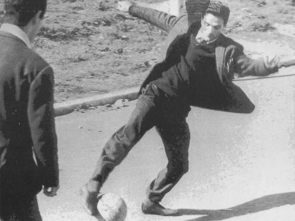 Pasolini e uma das suas paixões, o futebol.