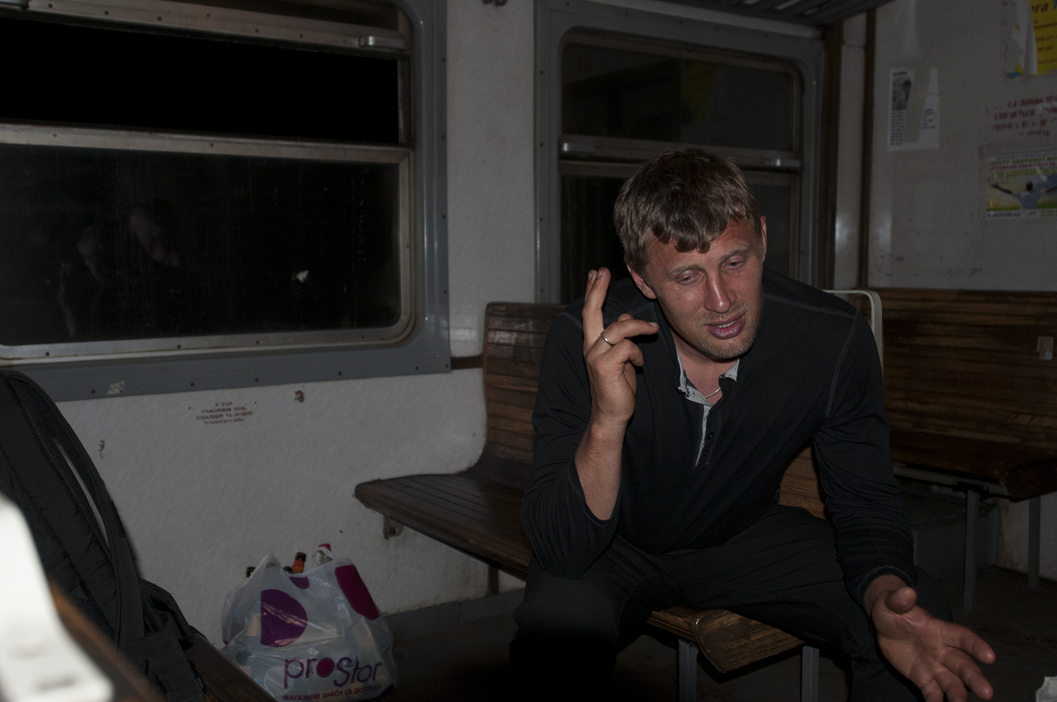 Andy a coal miner, who was helping the train controllers cleaning the wagons,  explaining what happened the morning of the 22th May to the Ukrainian Army which lost more than  a dozen man. near Volonvakha