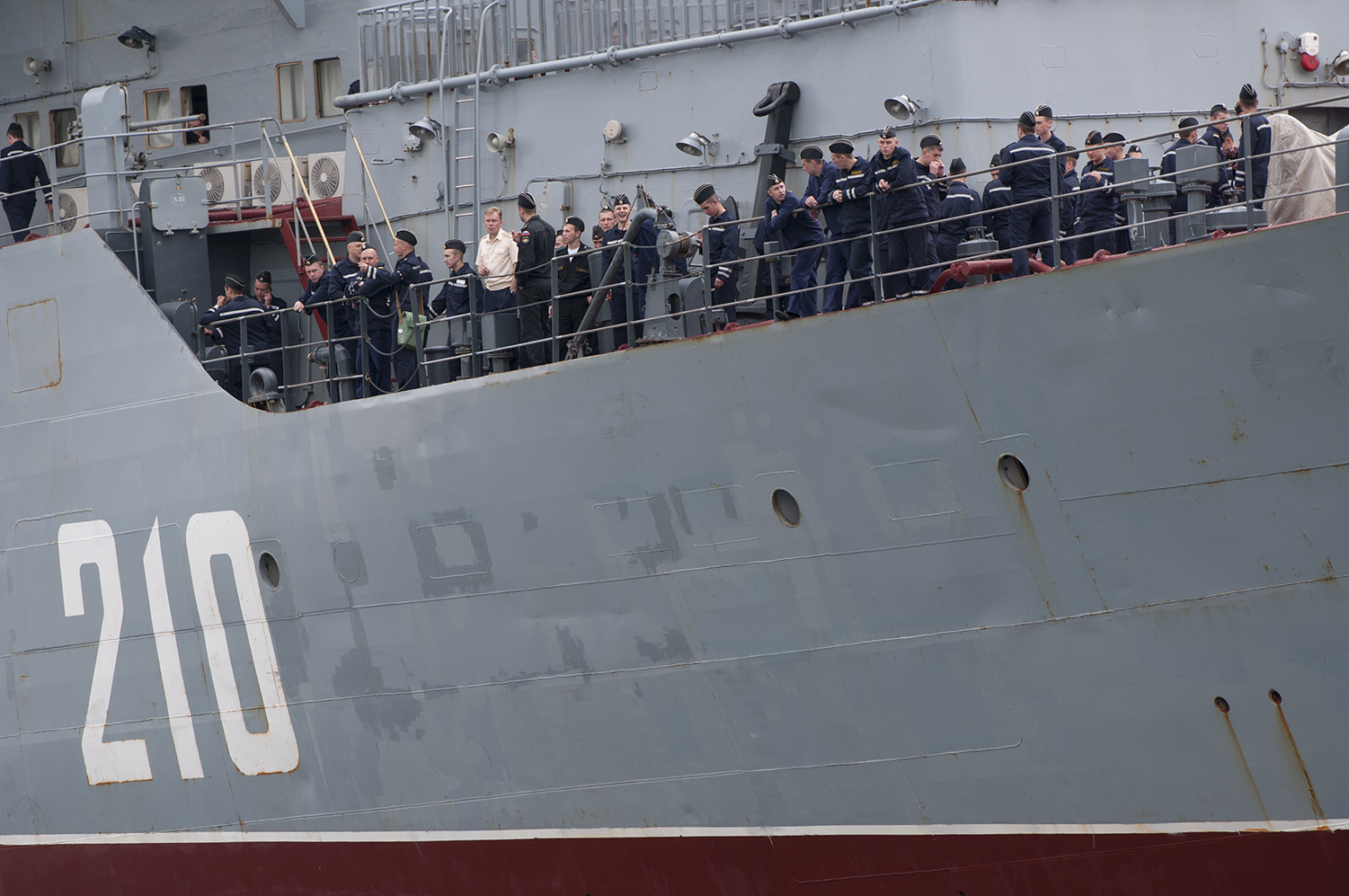 Some of the 400 sailors from the Russian Navy obeserving the harbour minutes before disembark the Smolny.