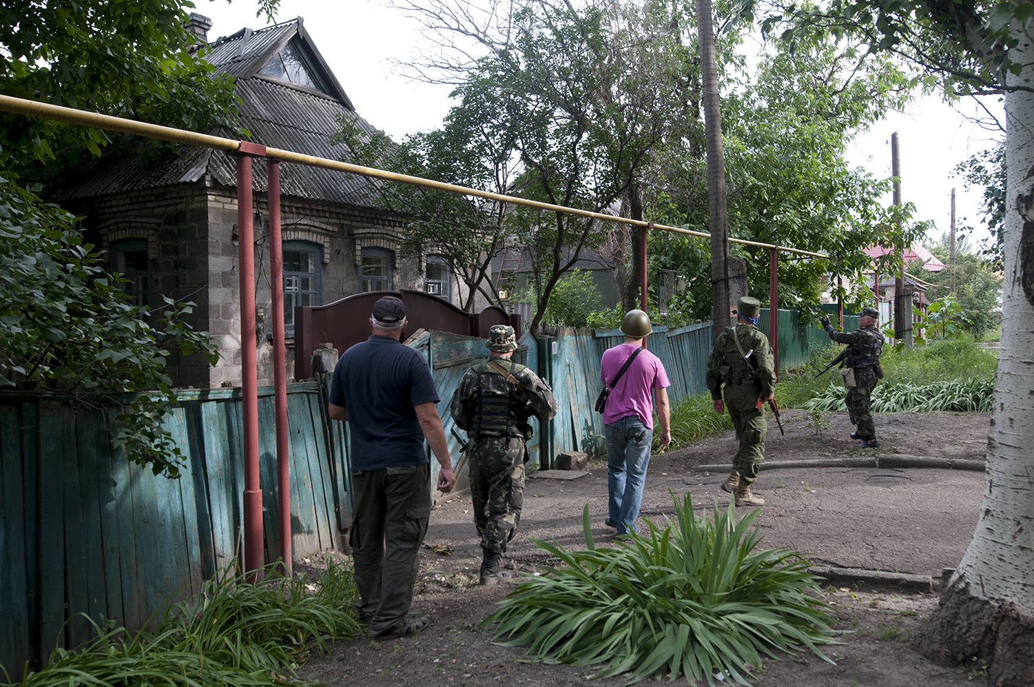 A small squad of separatist, accompanied by two civilian, going back to the residential area to extract from a damaged building a the remains of a man