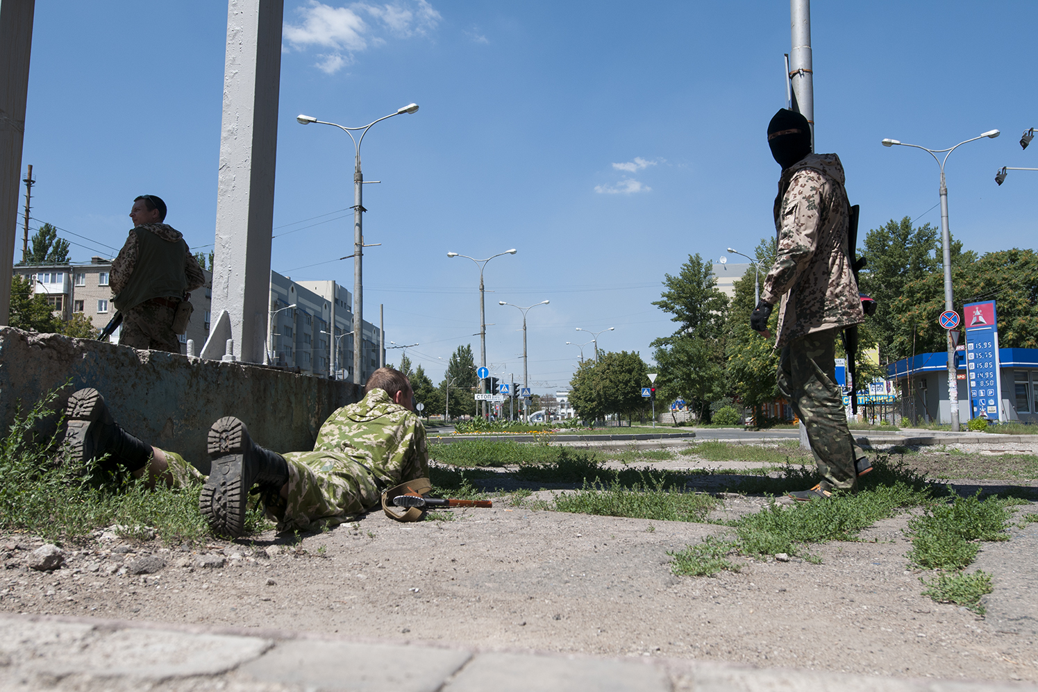 Solider from the Battalion Vostok guarding the main road leading to Donetsk train station