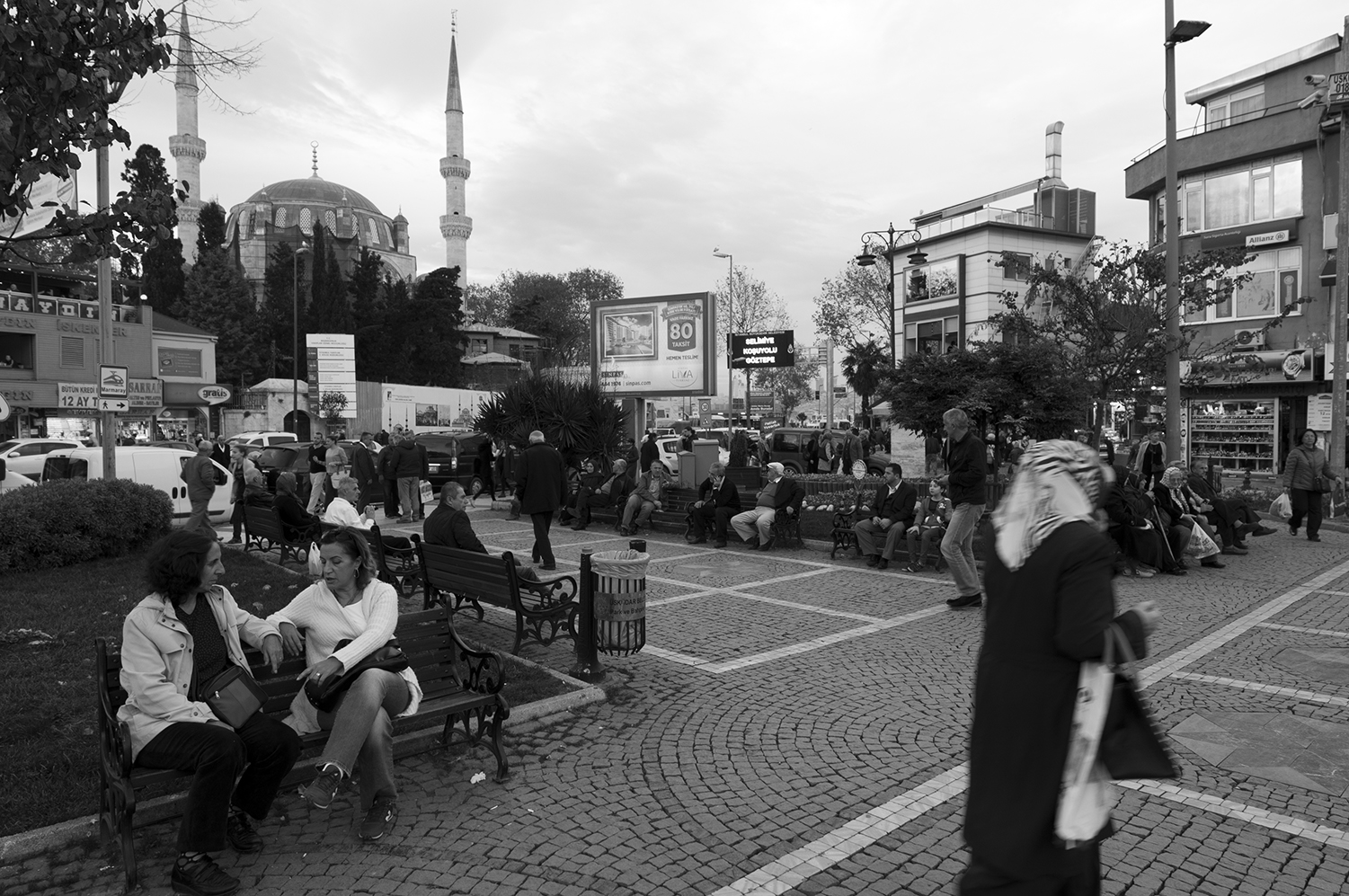 People chatting near the Yeni Valide Mosque