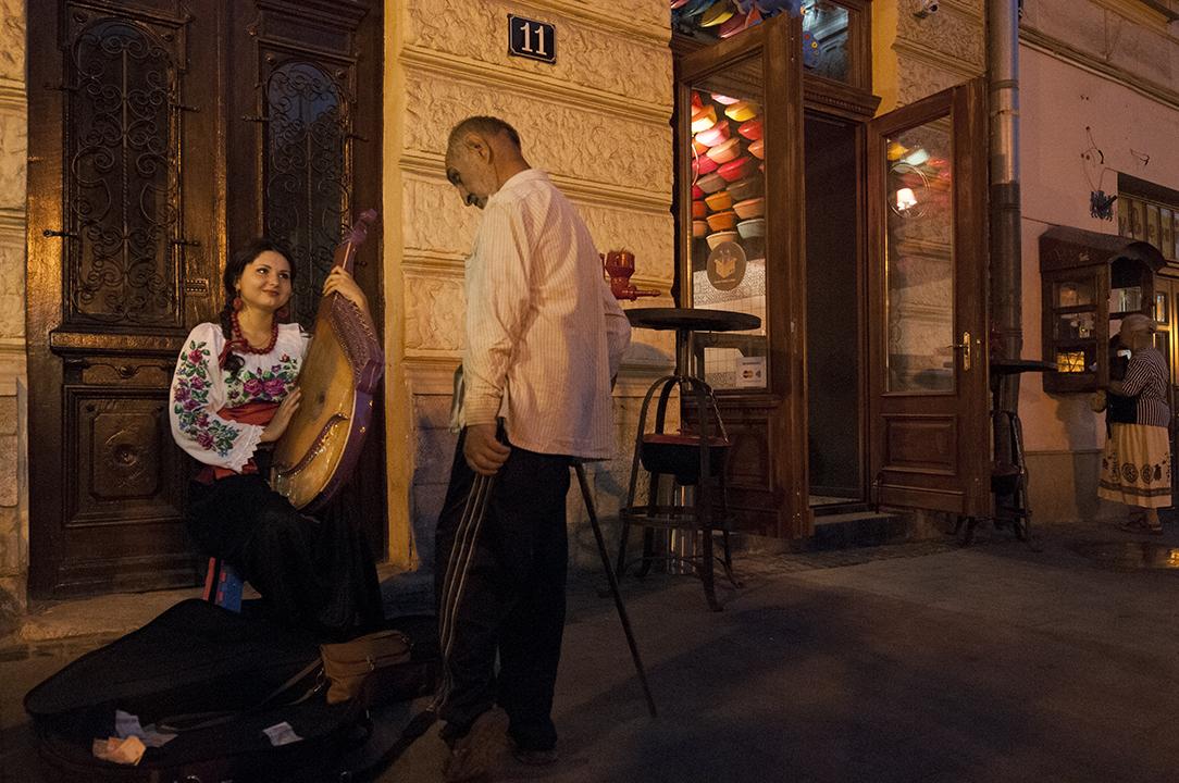 Marianna playing bandura on Rynok Square.