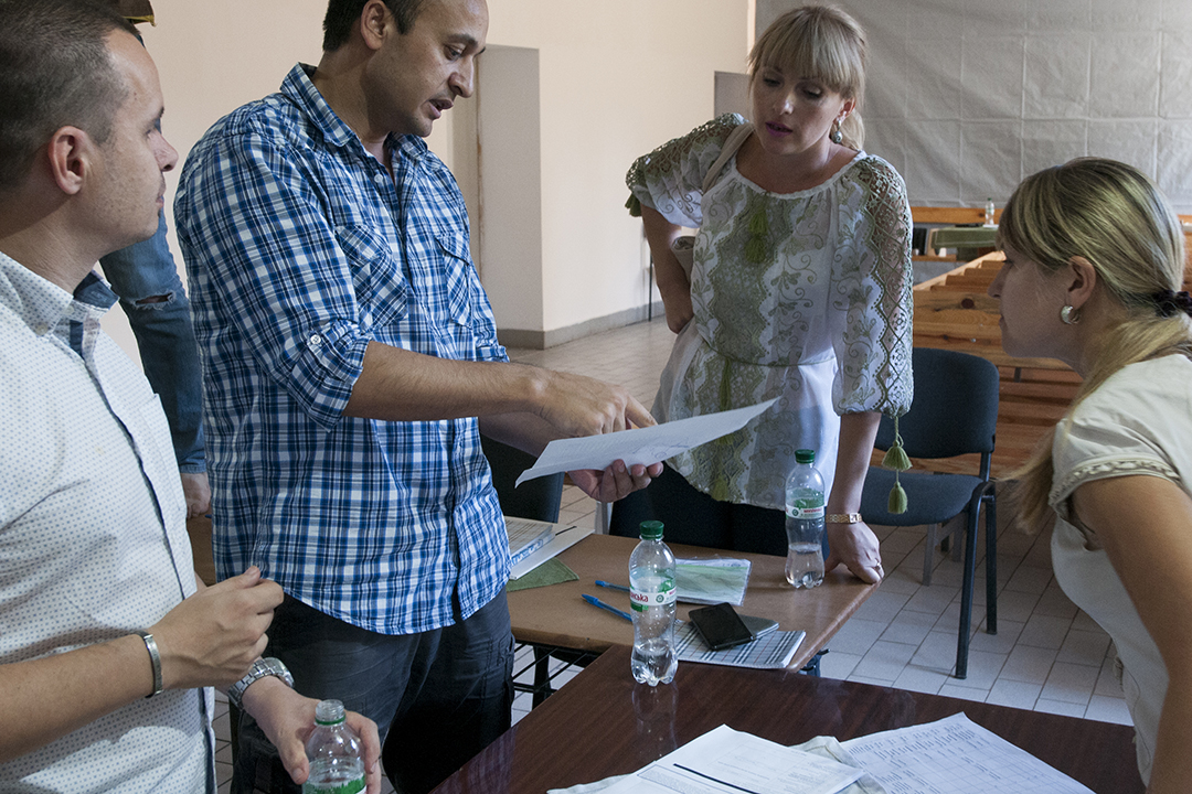 FAO (left) and Free People Country volunteers (right) discussing upcoming projects of the FAO in Eastern Ukraine.