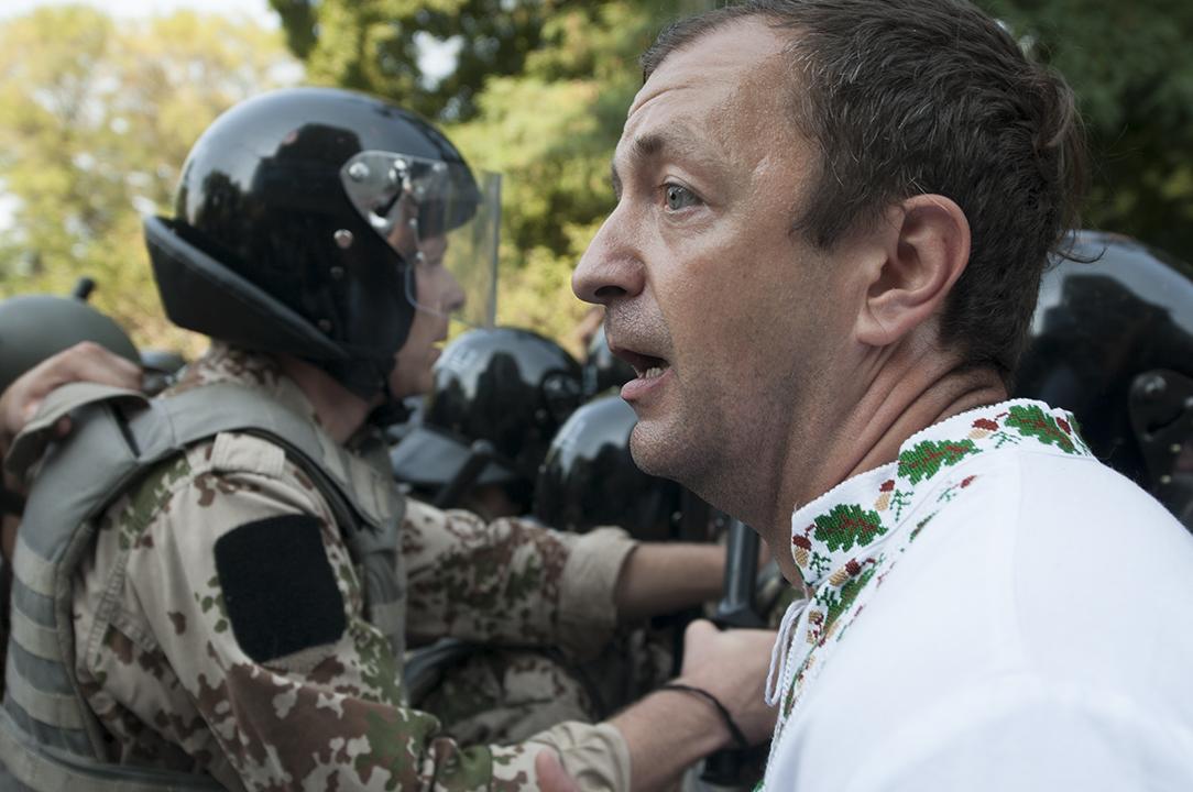 Protester next to the National Guard on Mykhaila Нrushevs'kogo street.