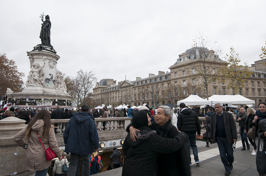 Women greeting each others, Place de la République.