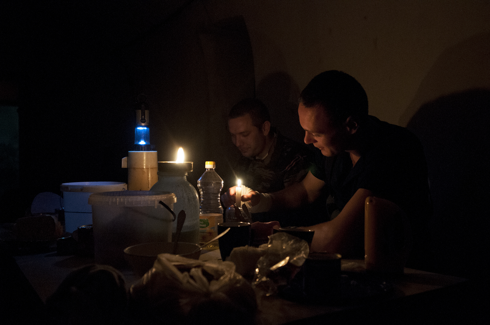 Separatists soldiers eating in their bunker