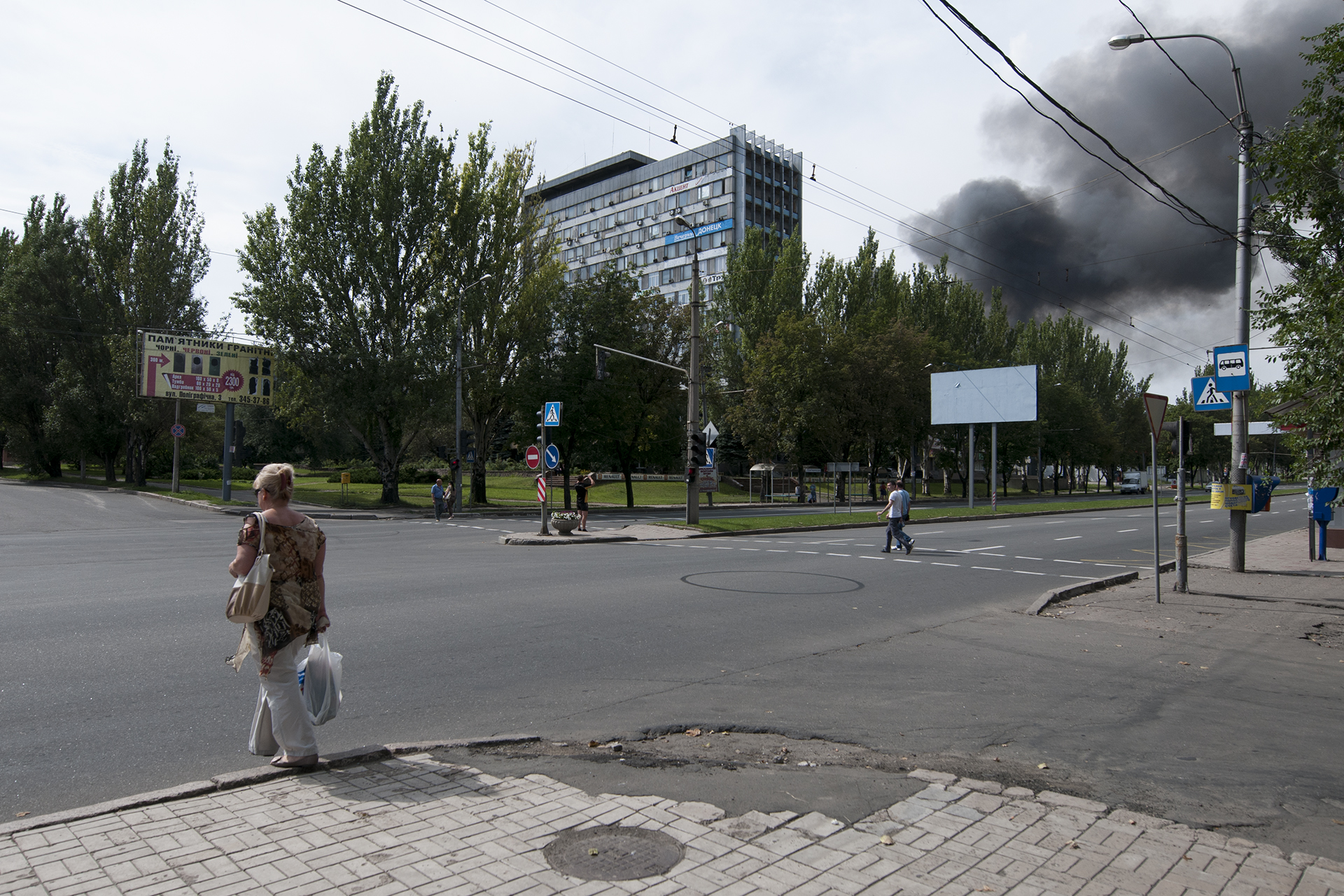 Donetsk inhabitants going back to their days after aritlery hit the city