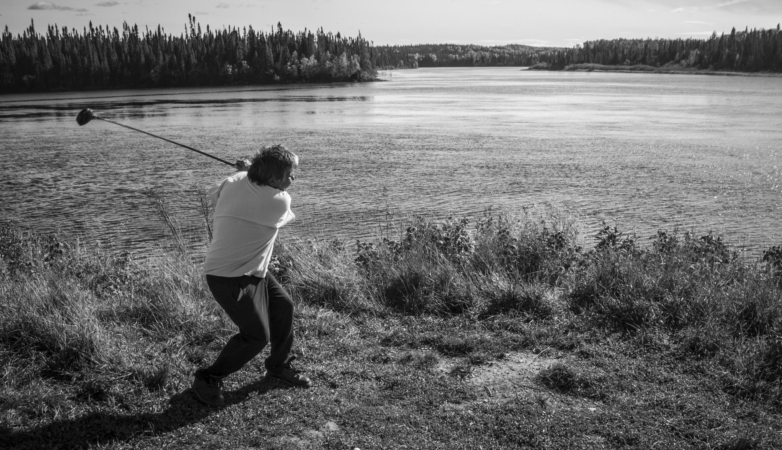Avec des amis, Albert frappe quelques balles dans la riviere Waswanipi