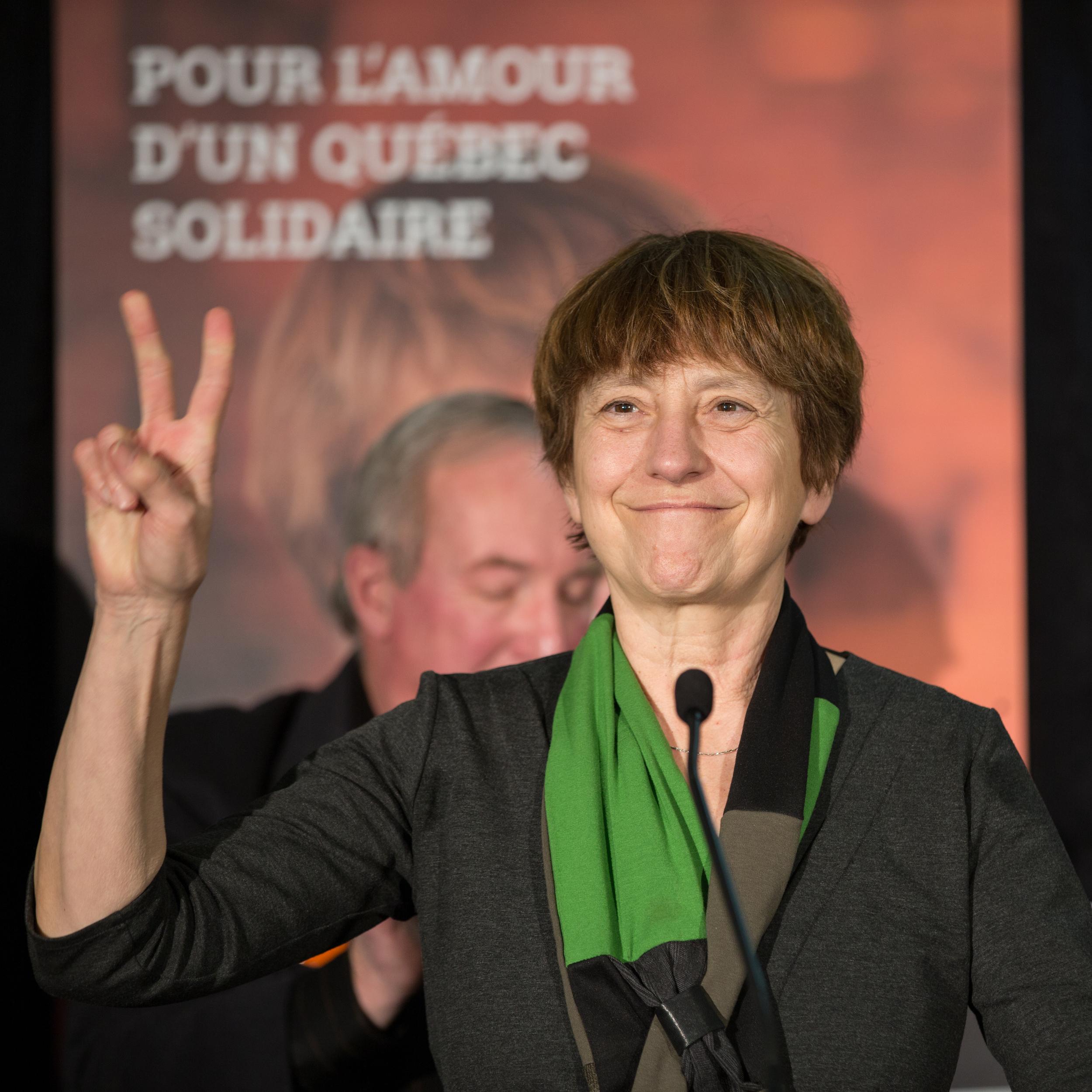 Françoise David prononce un discours devant une salle comble, à Trois-Rivières.