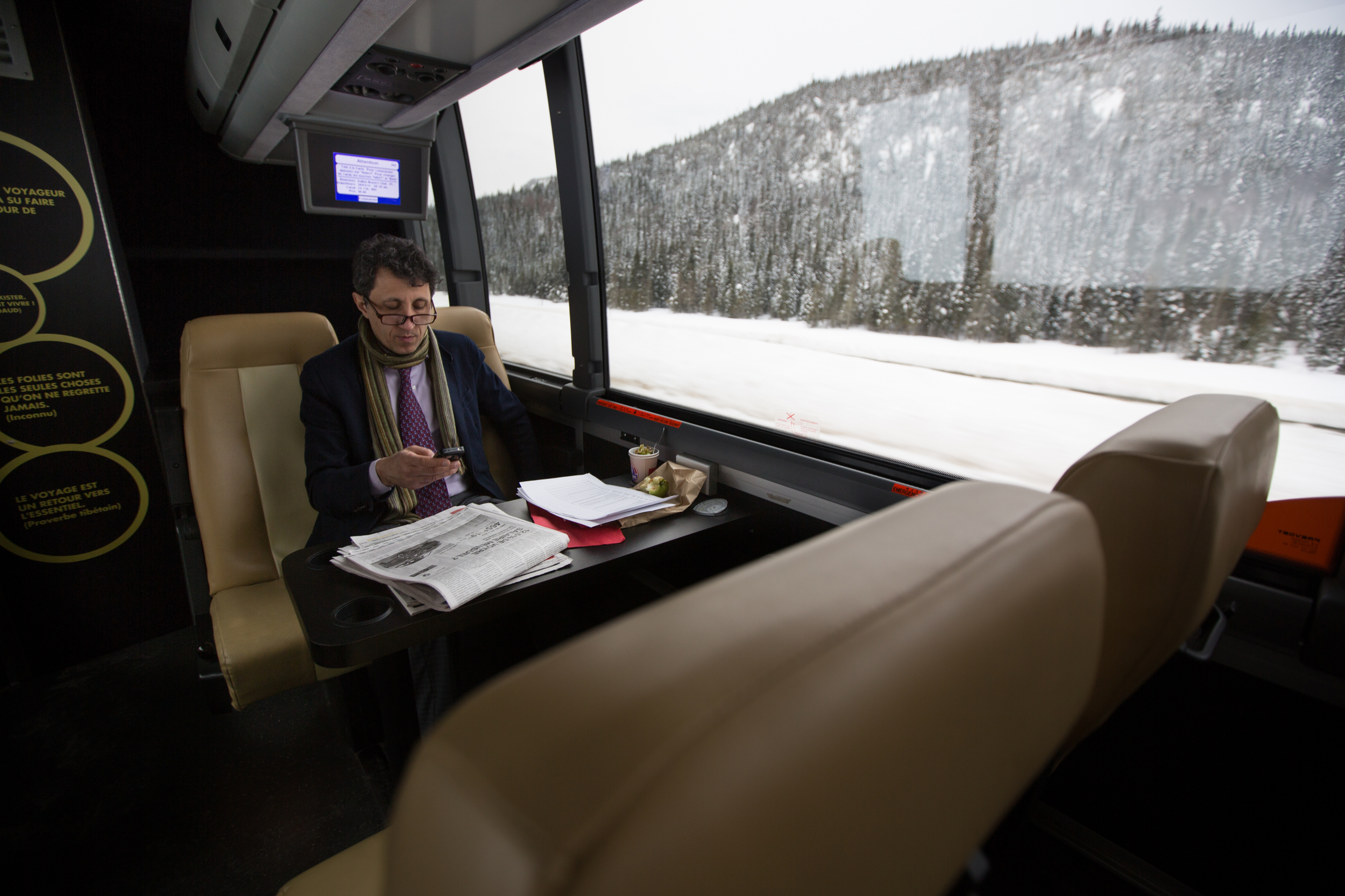 Amir Khadir travaille à bord de l'autobus de campagne entre deux destinations, dans la région du Saguenay et Lac-St-Jean.
